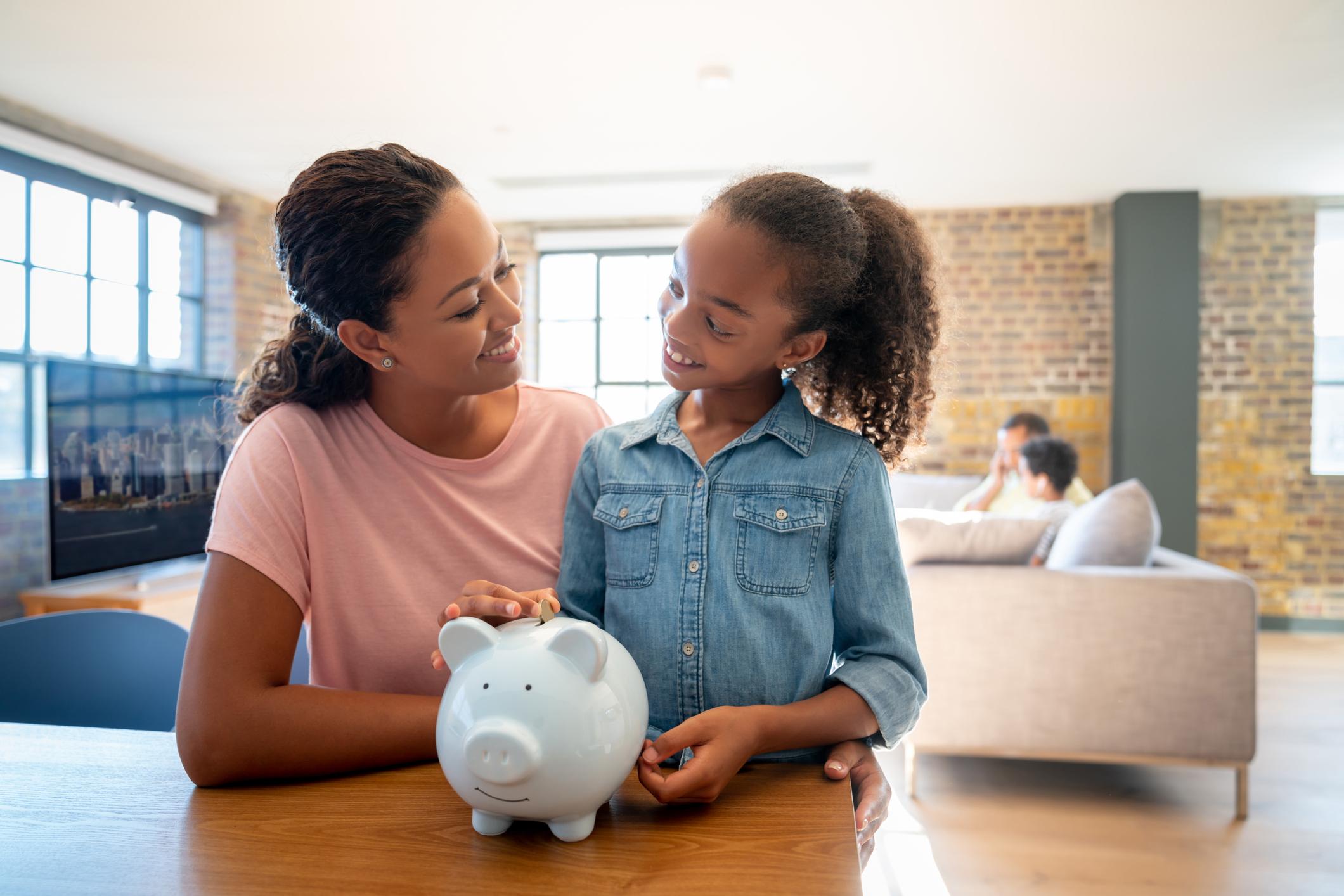 mãe e filha economizando
