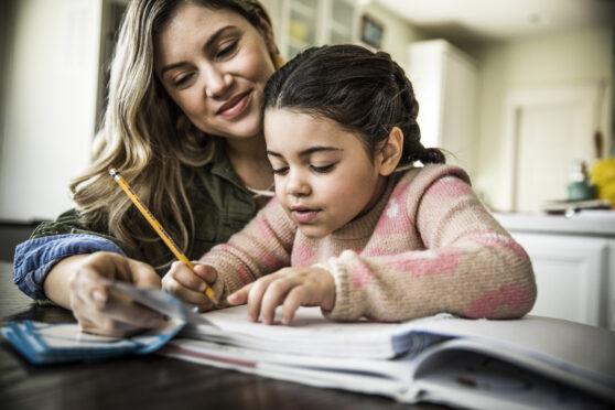 mãe e filha estudam juntas